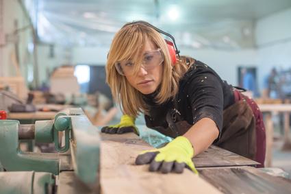 Jeune femme artisan menuisier