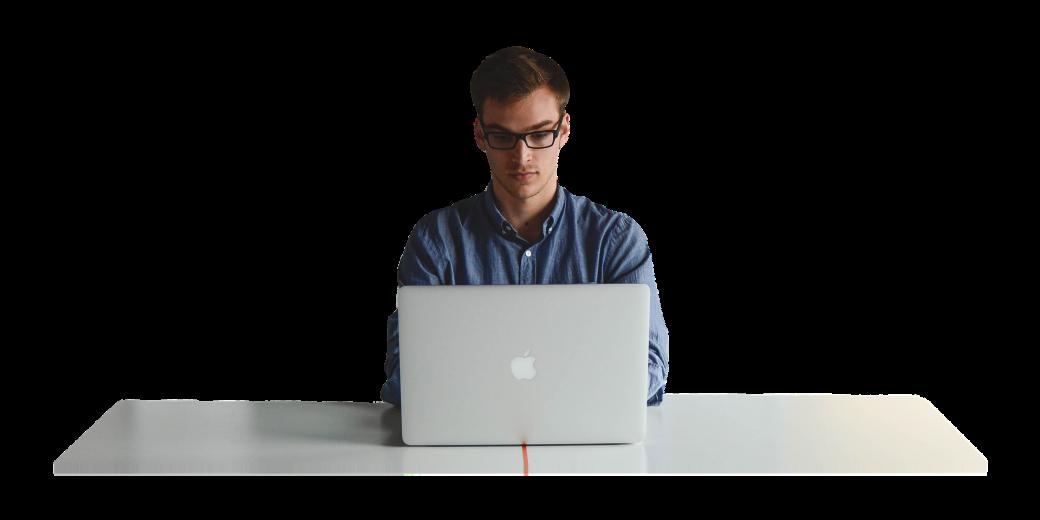 Anto-entrepreneur devant son ordinateur