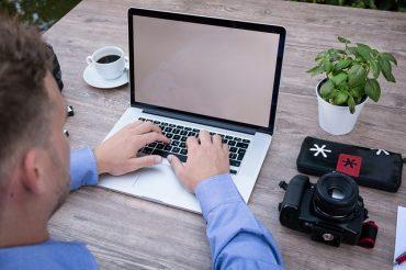 Freelance photographe devant son ordinateur