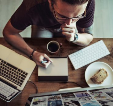 Autoentrepreneur concentré à son bureau