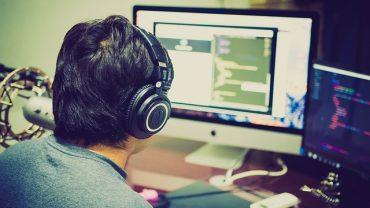 Codeur qui travaille devant son ordinateur