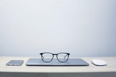 Paire de lunettes posée sur un ordinateur